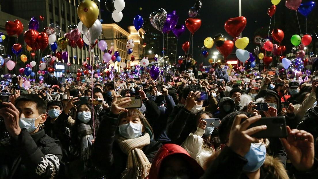 Así se celebra la llegada del 2021 en Wuhan, donde fueron detectados los primeros casos de covid-19
