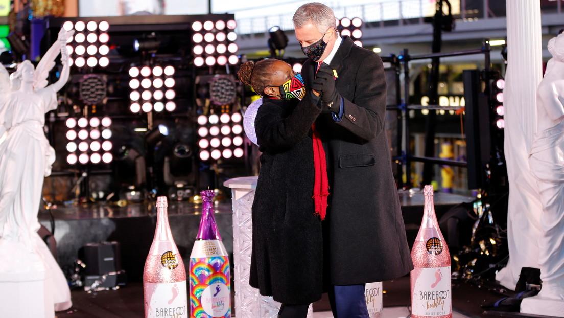 El alcalde de Nueva York celebra el Año Nuevo bailando en Times Square en medio de las restricciones por el covid-19 y es duramente criticado (VIDEO)
