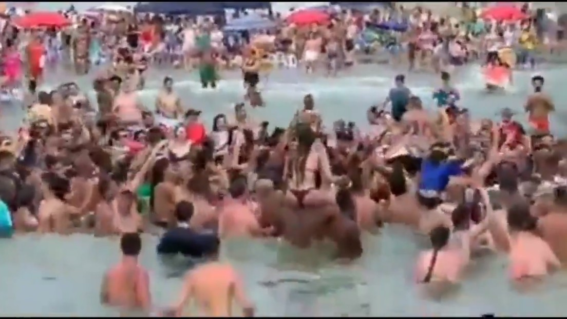 VIDEO: Bolsonaro provoca una aglomeración al visitar una playa y nadar con bañistas a pesar de la pandemia