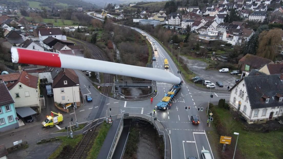 Sorprendentes imágenes de un camión llevando un enorme álabe de un aerogenerador