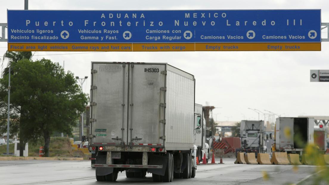Encuentran a 150 migrantes escondidos en un camión en una ciudad de EE.UU. fronteriza con México
