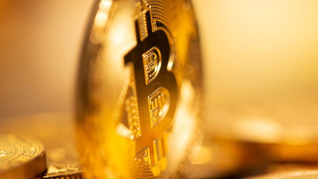 ¿Es el oro el nuevo bitcóin? Su valor sube un 2 % ante la caída del dólar