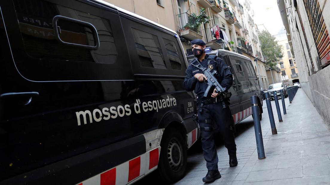 Encuentran el cadáver de un hombre en su casa de Barcelona con los genitales amputados