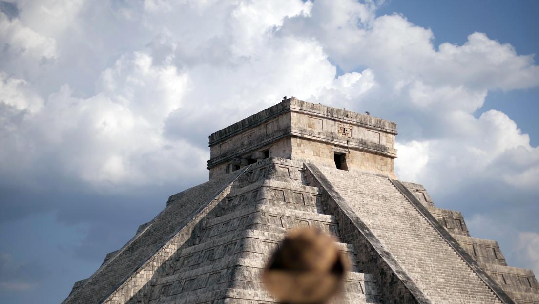 VIDEO: Una mujer ignora la prohibición de subir a la pirámide de Chichén Itzá y deja las cenizas de su esposo fallecido