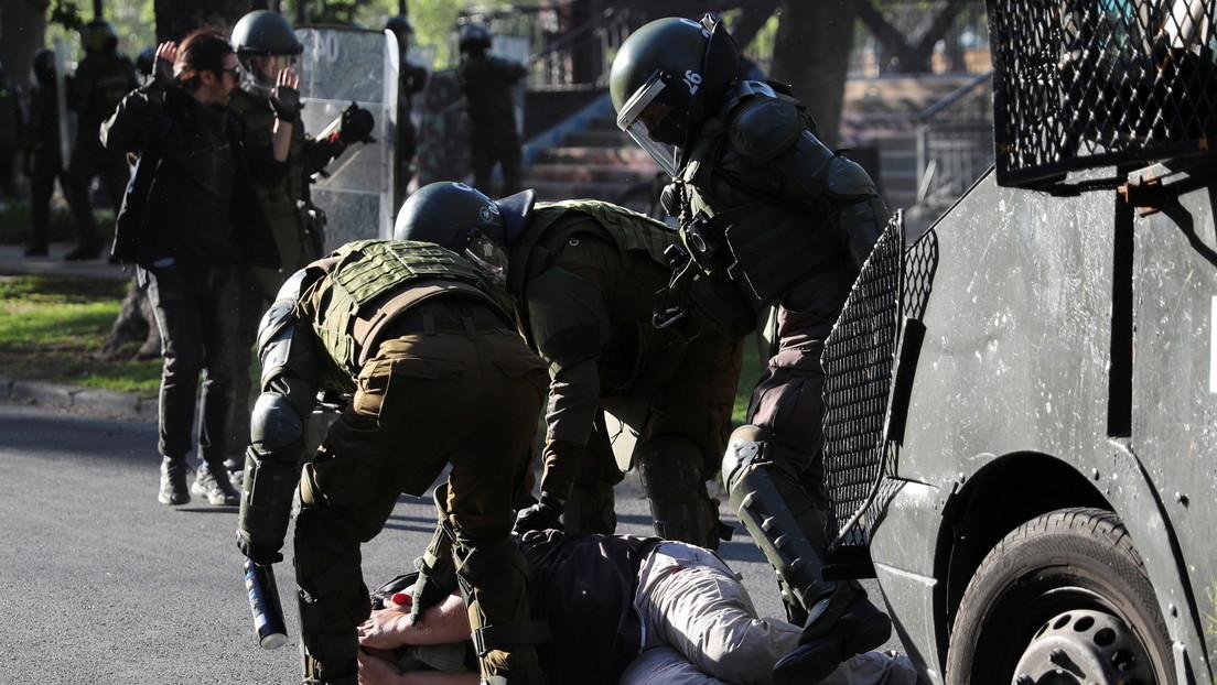 Carabineros de Chile detiene a un camarógrafo durante una protesta estudiantil