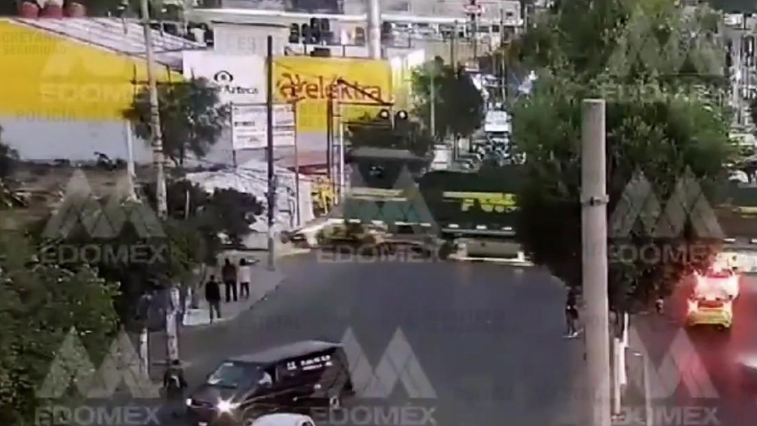 VIDEOS: Momento en el que un tren embiste a una patrulla en el estado de México y el conductor se salva justo a tiempo