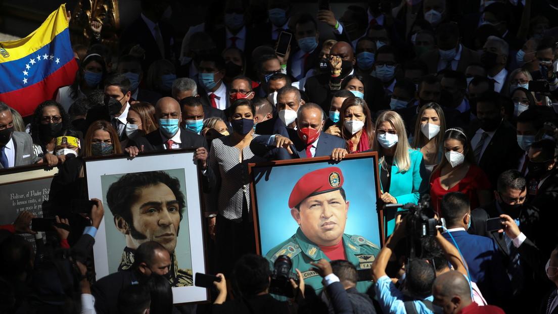 VIDEO, FOTOS: Los retratos de Bolívar y de Chávez vuelven a la sede de la Asamblea Nacional de Venezuela de manos de los diputados chavistas