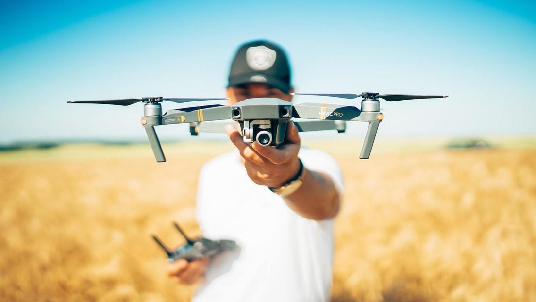 VIDEO: Un hombre usa un dron para regalar una caja de donas a policías