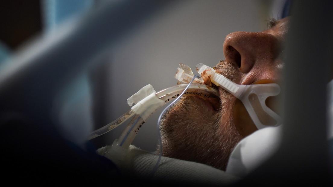 """""""No quieres terminar como yo"""": Un hombre que se oponía al uso de mascarillas advierte sobre las consecuencias mientras lucha por respirar (VIDEO)"""
