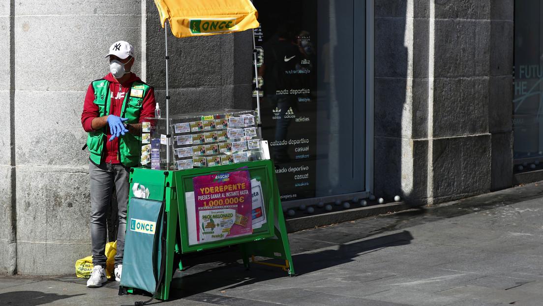 Una mujer devuelve un sobre perdido lleno de dinero y luego el karma la 'recompensa' con 75.000 euros