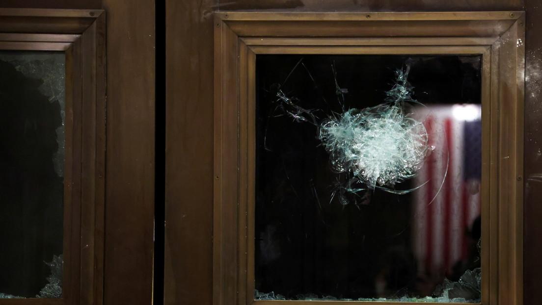 Momento en que la Policía dispara a la mujer que murió durante el asalto al Capitolio por simpatizantes de Trump (VIDEOS)