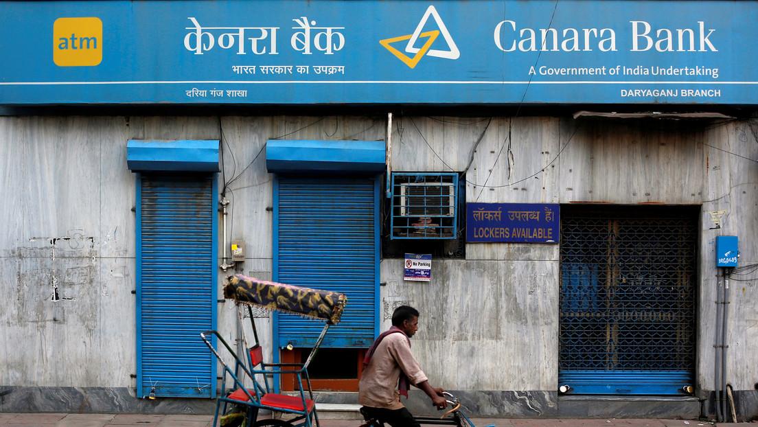 Aldeanos de la India llevan el cadáver de un hombre a un banco y exigen dinero de su cuenta para costear su funeral
