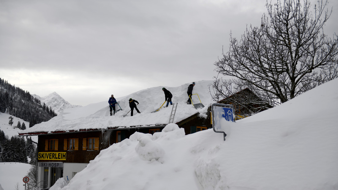 VIDEO: La acumulación de nieve provoca el colapso del techo de una casa