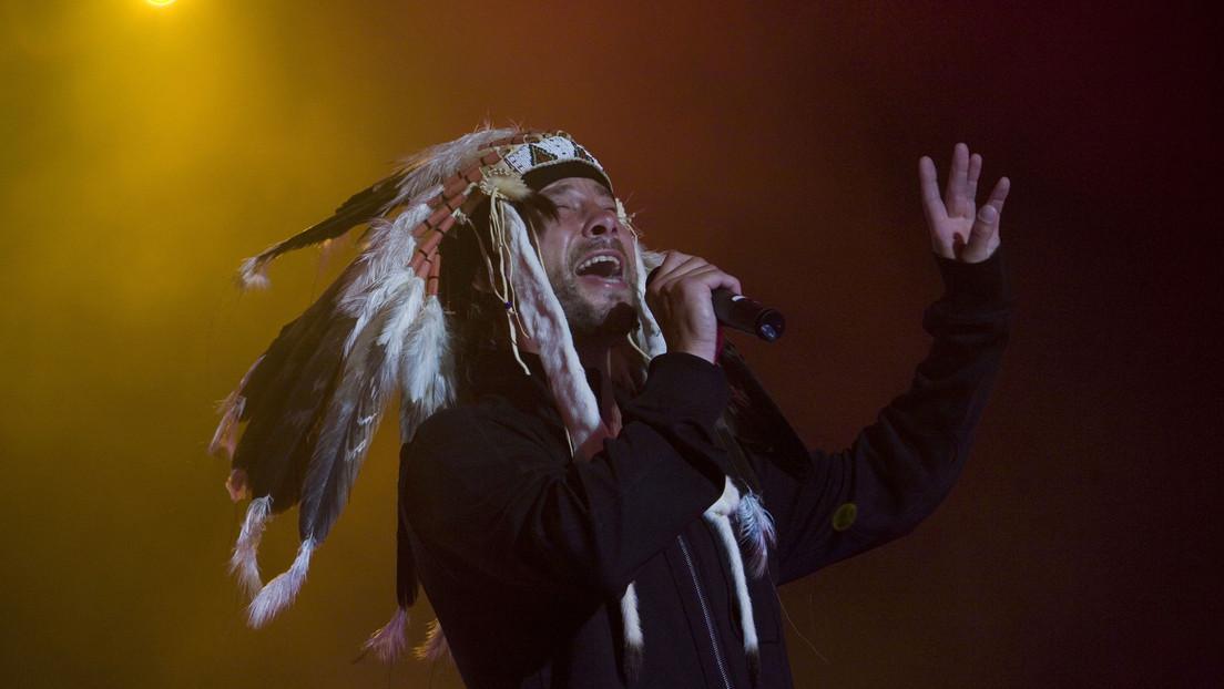Confunden al vocalista de Jamiroquai con el 'vikingo' que asaltó el Capitolio de EE.UU., y el artista aclara que no participó en los disturbios