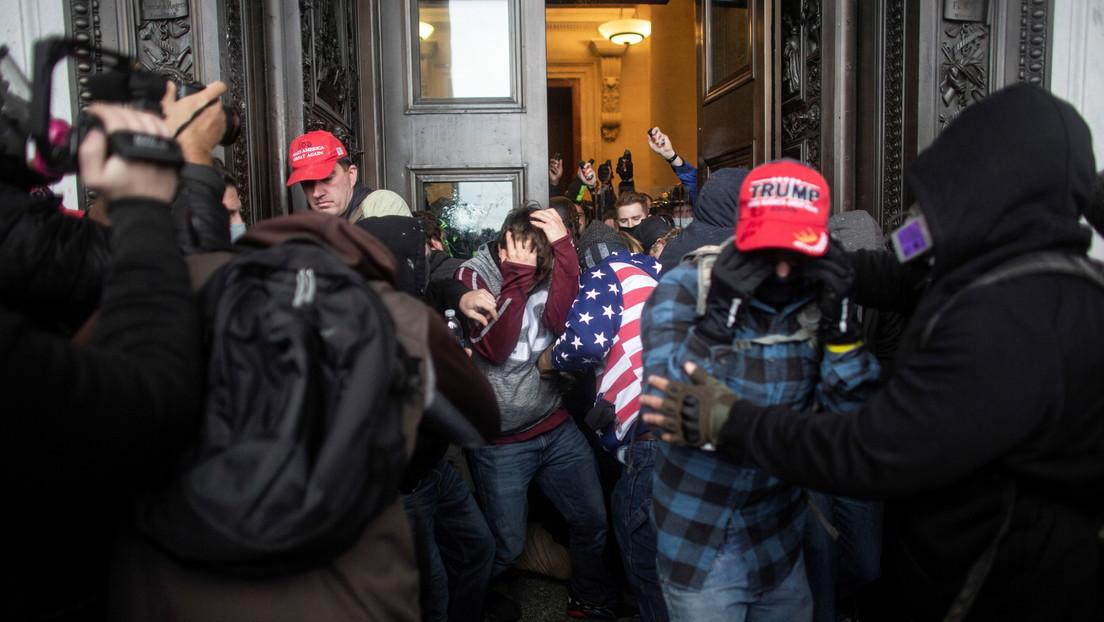 FOTO: Identifican a un manifestante que invadió el Capitolio con su tarjeta corporativa en el cuello (y lo despiden)