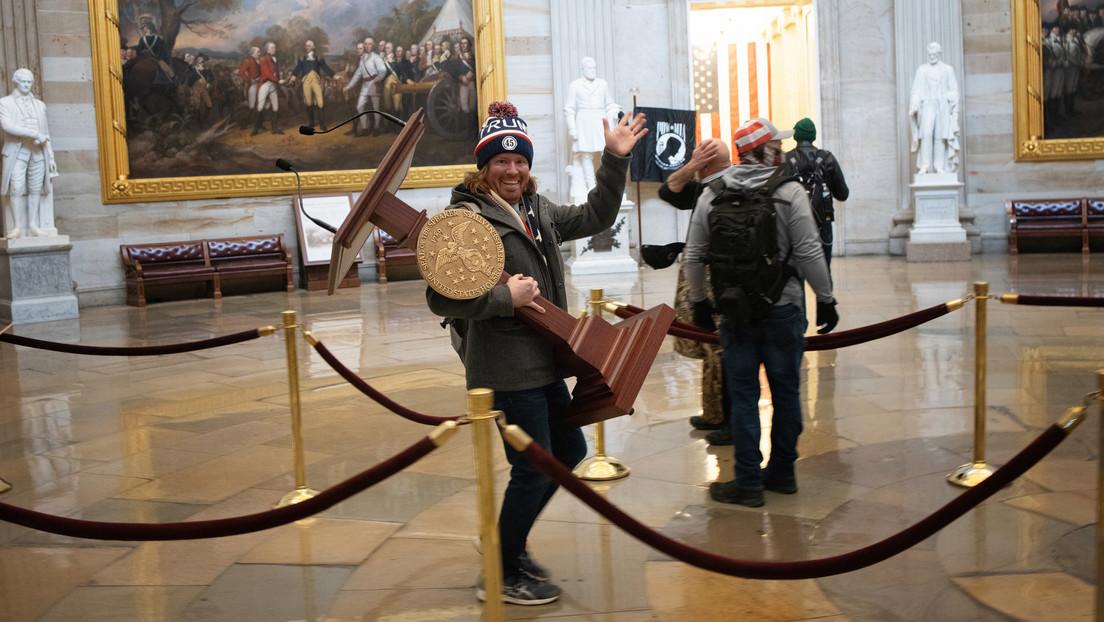 Subastan en eBay el atril de Nancy Pelosi 'robado' durante el asalto al Capitolio por 78.000 dólares