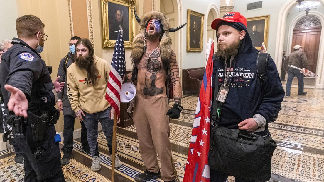 """Investigan posible robo de materiales de """"seguridad nacional"""" durante el asalto al Capitolio de EE.UU."""