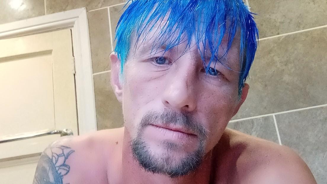 """""""¿Asaltó al barbero?"""": Se burlan del pelo azul de un hombre buscado por la Policía y este se defiende en los comentarios"""