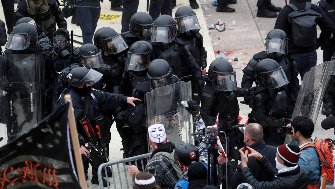 VIDEO: Un policía grita de dolor tras quedar atrapado entre una puerta y su escudo durante el asalto al Capitolio