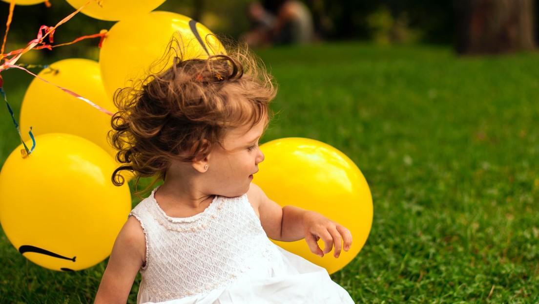 Una niña con el síndrome del cabello impeinable logra manejar su pelo por primera vez en nueve años