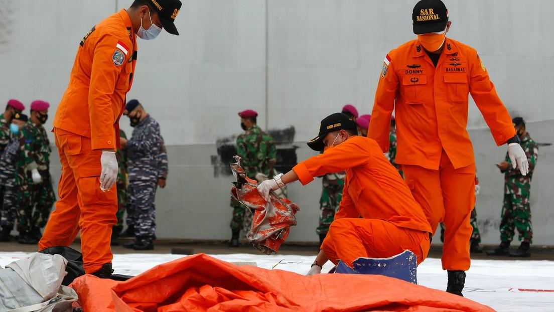 Encuentran supuestos fragmentos del fuselaje del avión siniestrado de Sriwijaya Air
