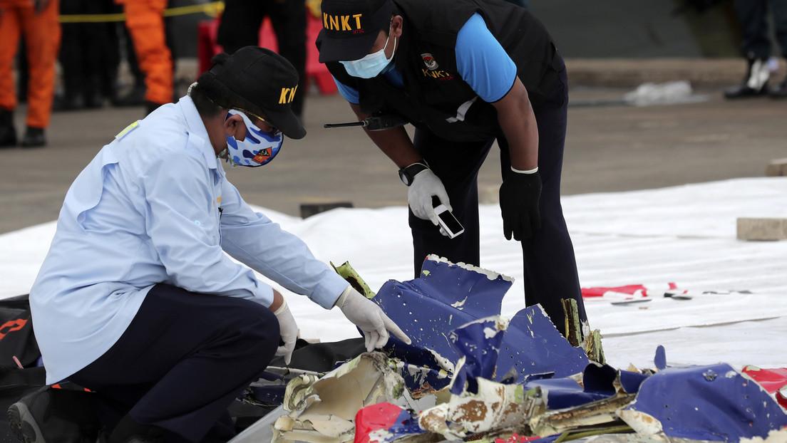 Localizan las cajas negras del Boeing estrellado en Indonesia