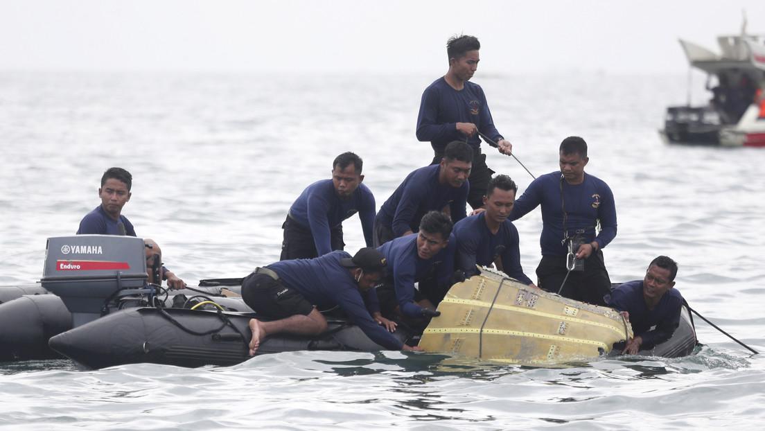 VIDEO: Buzos hallan restos del avión indonesio siniestrado en el fondo del mar de Java