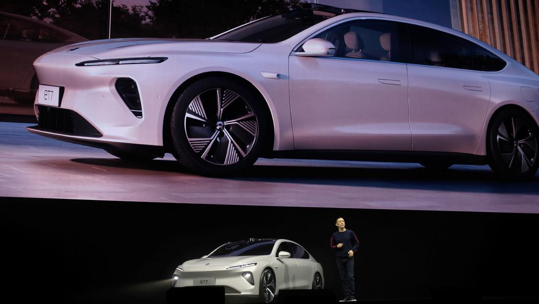 La compañía china NIO lanza su primer vehículo eléctrico sedán para comerle terreno a Tesla en el mercado nacional