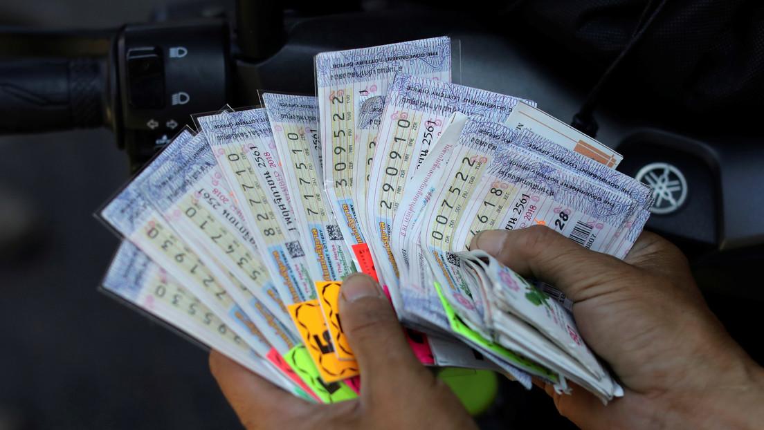 Una pareja gana 1 millón de dólares en la lotería y le regala 2.000 dólares a los vendedores del billete
