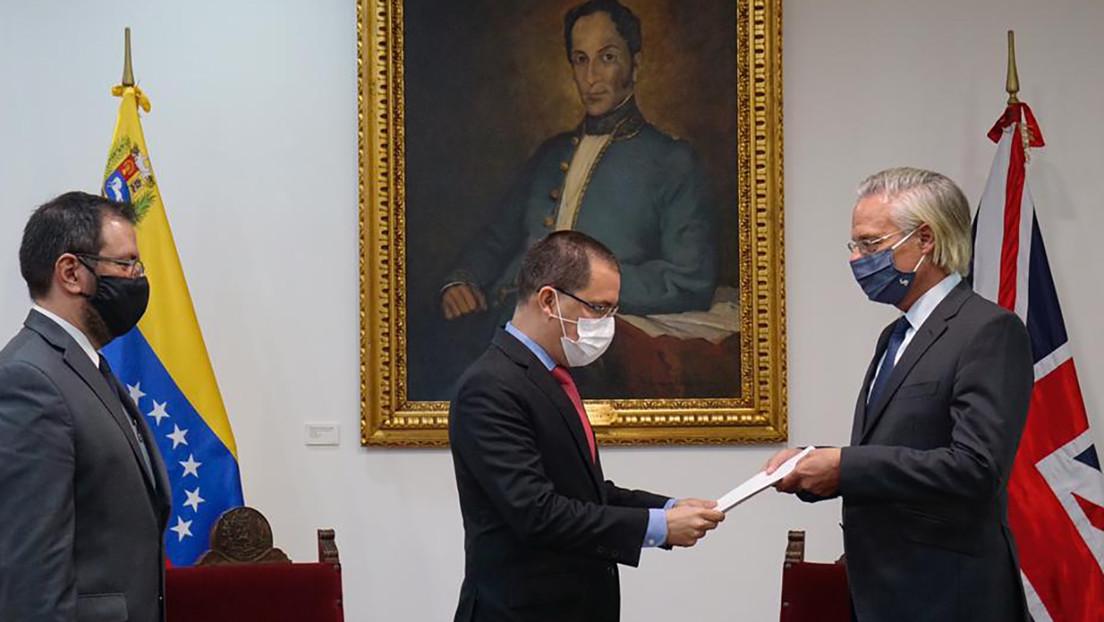 Arreaza entrega una nota de protesta al embajador de Reino Unido por el financiamiento de Londres a medios en Venezuela sin notificación oficial