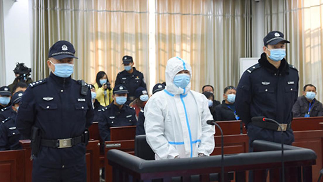 Condenan a muerte a un asesino en serie que vistió un traje protector de cuerpo completo durante el juicio