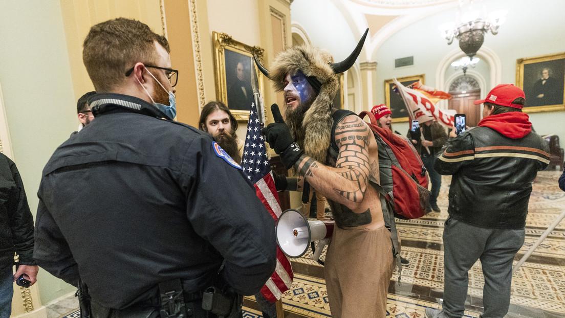 El 'vikingo' que irrumpió en el Capitolio rehúsa comer desde su detención porque no le dan alimentos orgánicos