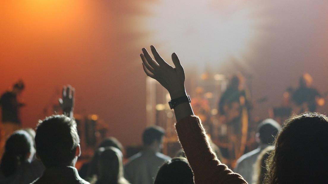 Chile prohíbe la música en sitios cerrados para evitar contagios de coronavirus (pero retira la medida un día después)