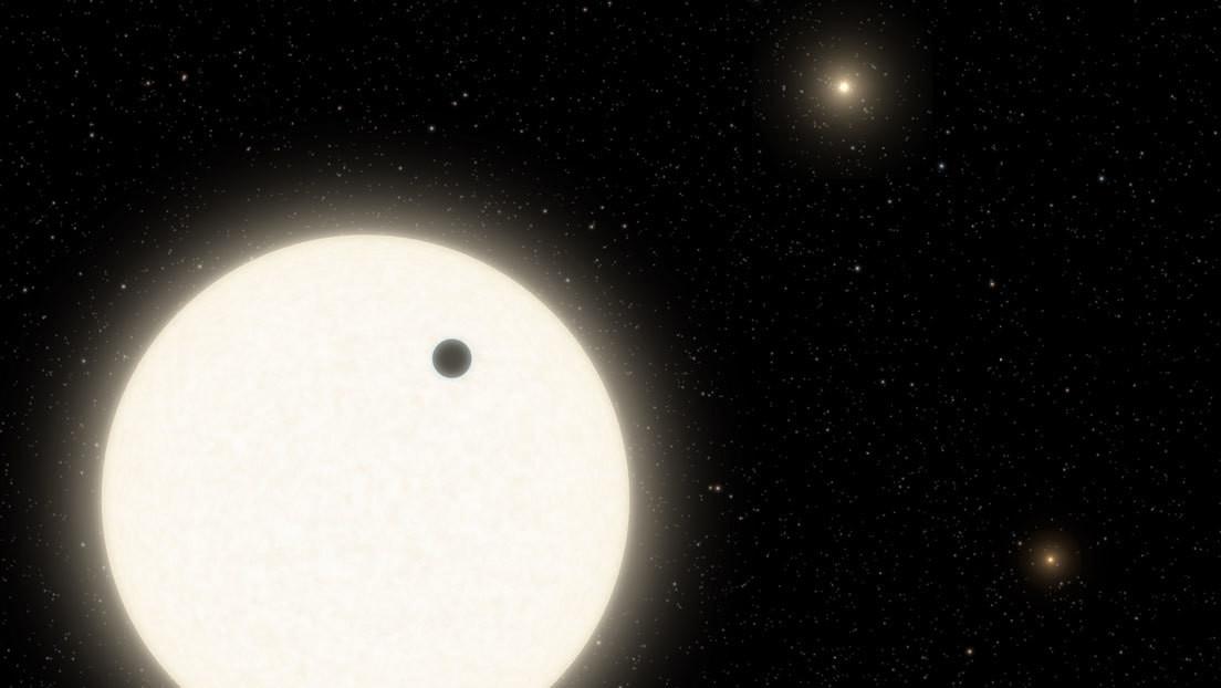 Los astrónomos descubren un gigante de gas ubicado en un raro sistema de tres soles