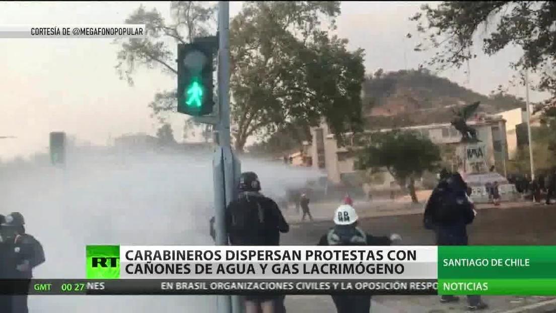 Carabineros dispersan protestas en Santiago de Chile con cañones de agua y gas lacrimógeno