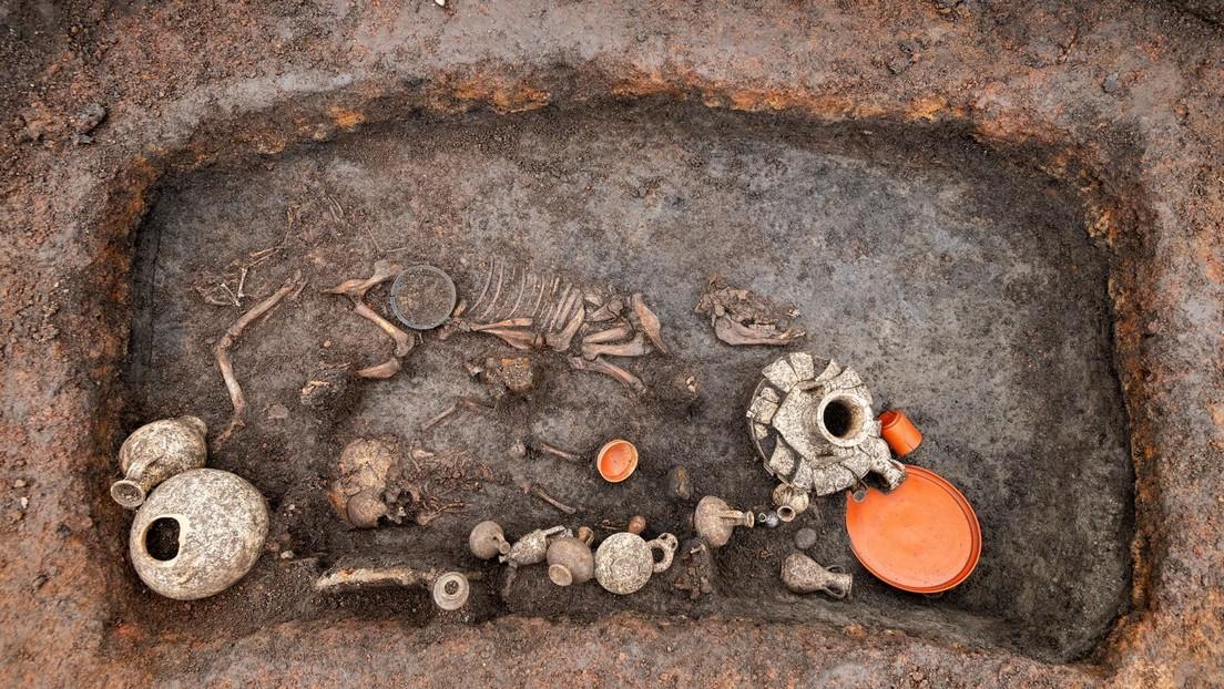 """FOTOS: Descubren un """"extraordinario"""" entierro infantil galorromano de 2.000 años de antigüedad en Francia"""