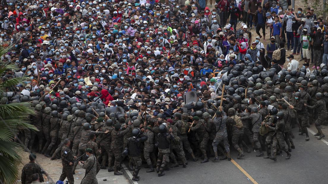 VIDEO: La Policía guatemalteca intenta detener la caravana de migrantes con gas lacrimógeno