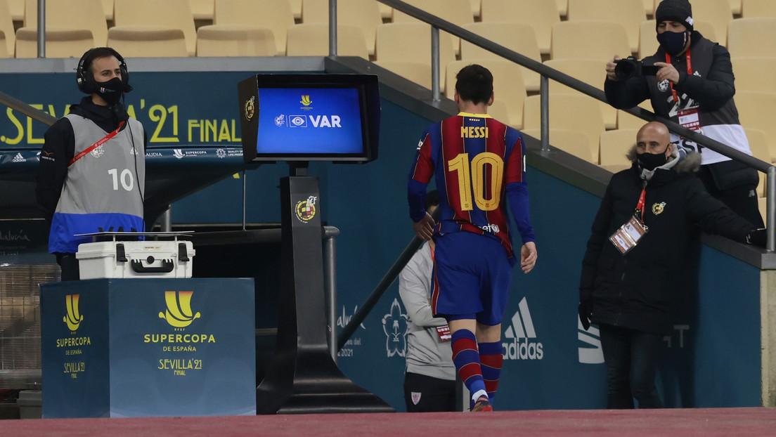 VIDEO: Messi recibe su primera tarjeta roja con el F.C. Barcelona en la final de la Supercopa de España tras golpear a un rival, y la Red explota