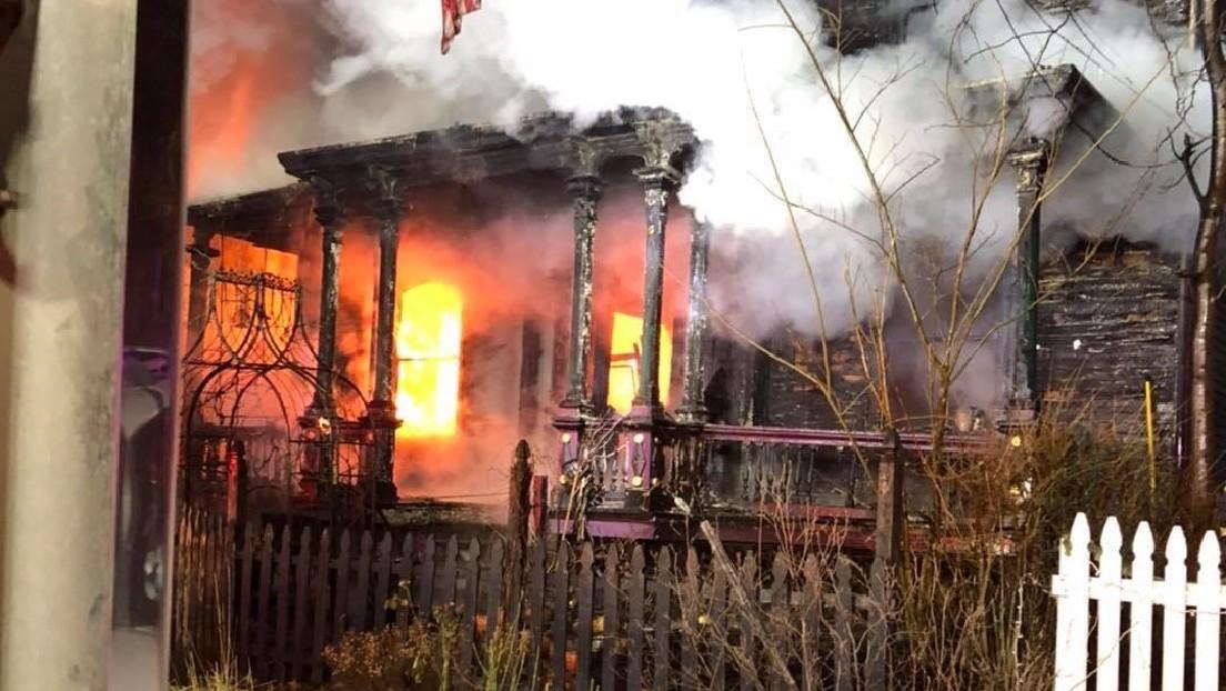 La 'Casa de Halloween', lugar de reuniones de los miembros de la Iglesia de Satán, arde a las afueras de Nueva York