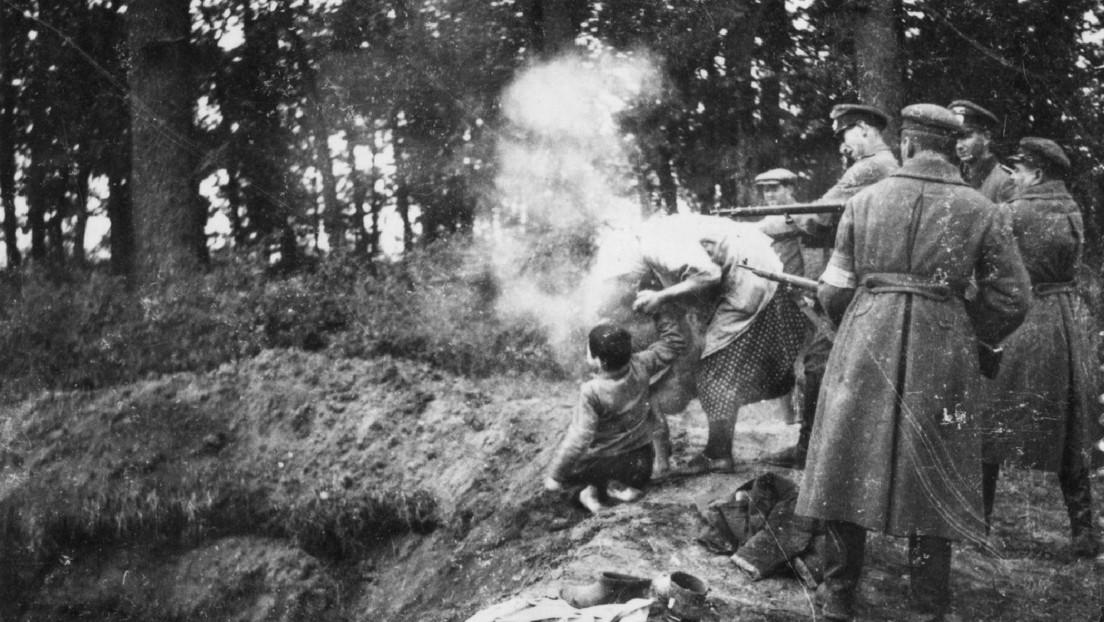 Cómo una aterradora imagen de una mujer y dos niños frente a una fosa común ayudó a reconstruir una masacre de hace 80 años