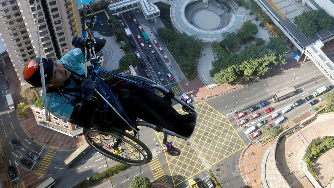 Deportista en silla de ruedas escala 250 metros de un rascacielos en China