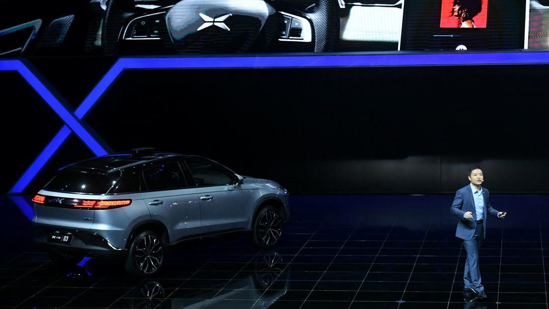 El auto eléctrico insignia de un rival chino de Tesla incorpora conducción autónoma en carretera