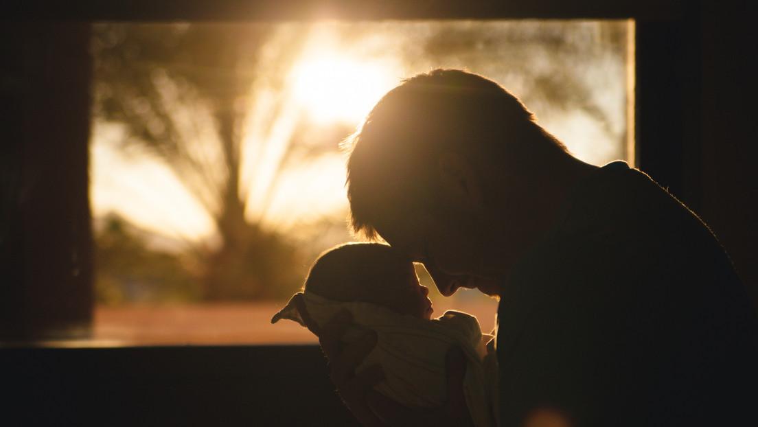 Un padre se niega a firmar el certificado de nacimiento de su bebé porque la novia le puso el nombre de su ex