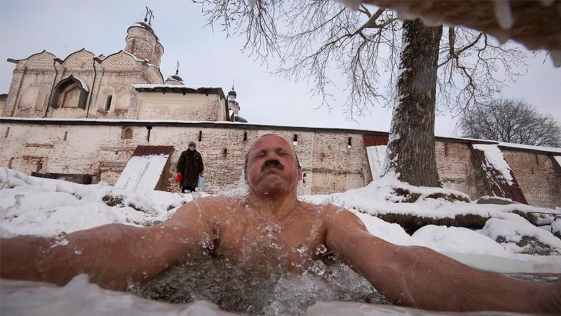 VIDEO: Los rusos celebran la epifanía sumergiéndose en agua helada a pesar del frío invernal