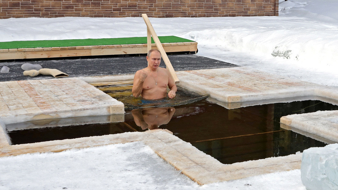 VIDEO: Putin se sumerge en agua helada durante una festividad religiosa