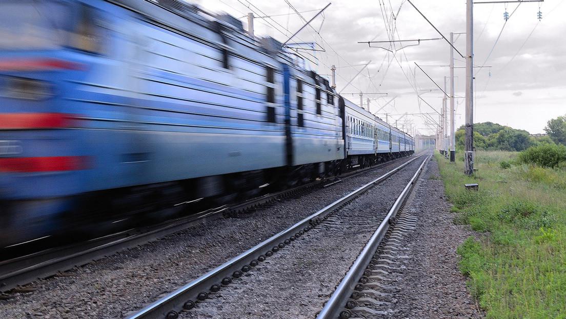 """""""Una estupidez a un nivel asombroso"""": el video de un auto sobre unas vías del tren en un desafío de TikTok desata polémica (VIDEO)"""