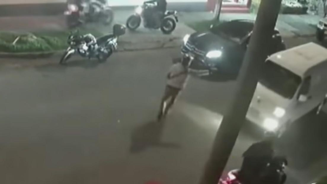 VIDEO: Delincuentes intentan robar un auto último modelo pero no logran desactivar el freno de mano