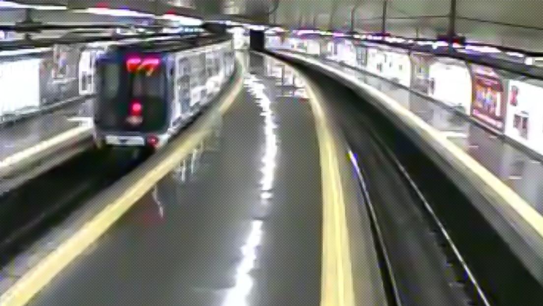 VIDEO: Un policía fuera de servicio salva en el último momento a un joven de ser arrollado por un tren en el metro de Madrid