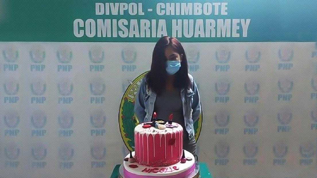 Una joven que fue fotografiada con su torta de cumpleaños tras ser detenida por la Policía denunciará a los agentes por daños sicológicos