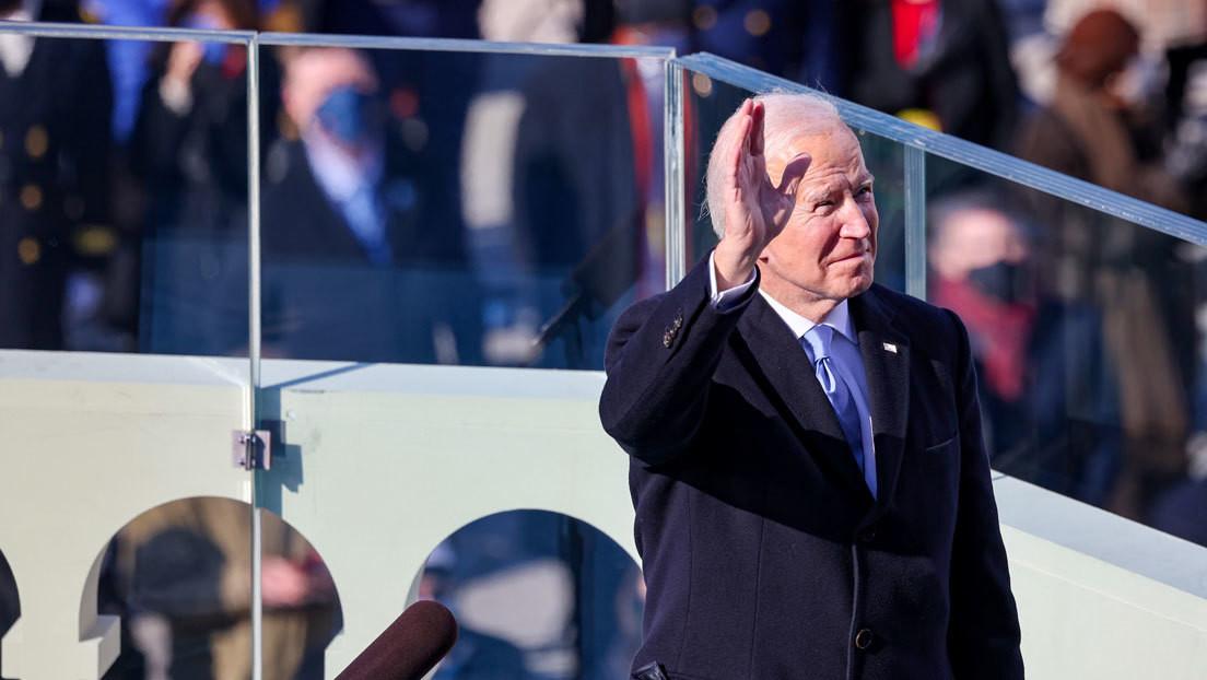 'El Gobierno se convierte en Dios': una portada satírica que 'idolatra' a Biden crea polémica en la Red